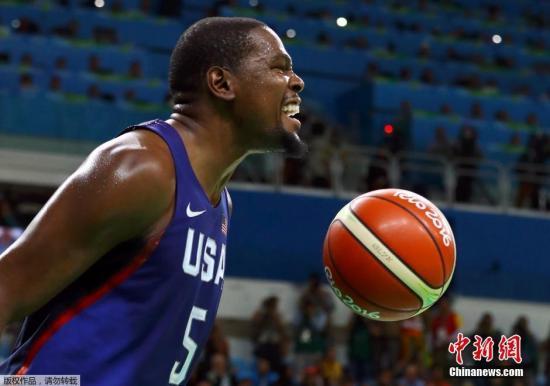 当地时间8月21日,2016里约奥运会男篮决赛结束争夺,最终美国男篮以96:66战胜塞尔维亚,获得冠军,杜兰特狂砍30分。图为杜兰特在比赛中。