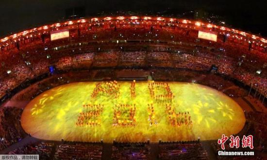 当地时间8月21日,2016里约奥运会闭幕式在马拉卡纳体育场内举行。图为歌舞表演摆出RIO2016的字样。