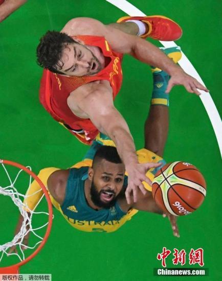 材料图:里约奥运会3、四名赛中,澳年夜利亚球员米我斯(黄)取敌手争抢篮板。