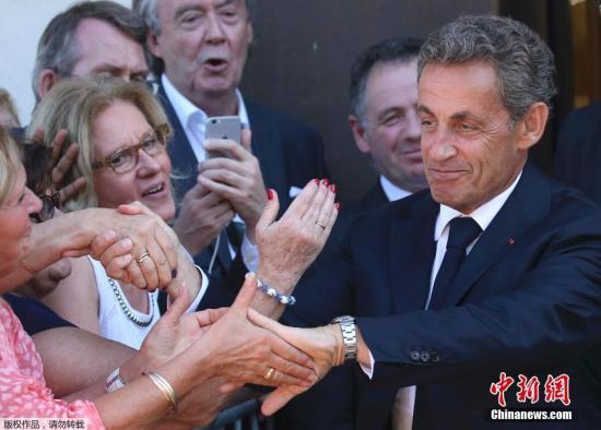当地时间2016年8月23日,法国巴黎,法国前总统萨科齐现身竞选总部。据报道,8月22日,法国前总统萨科齐在自己的脸书上宣布,将参与角逐2017年法国总统大选。