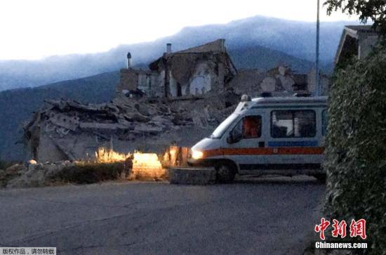当地时间8月24日凌晨,意大利中部地区发生6级以上地震,首都罗马震感强烈,部分建筑在地震时晃动大约20秒。意大利民防部门称,已经接到房屋倒塌的报告。此次地震震源深度10公里,震中距离拉奎拉市48公里,距离罗马113公里。欧洲-地中海地震中心此前测定地震为6.1级,而美国地质勘探局则称震级为里氏6.2级。图为意大利中部的阿马特里切镇大量房屋倒塌。