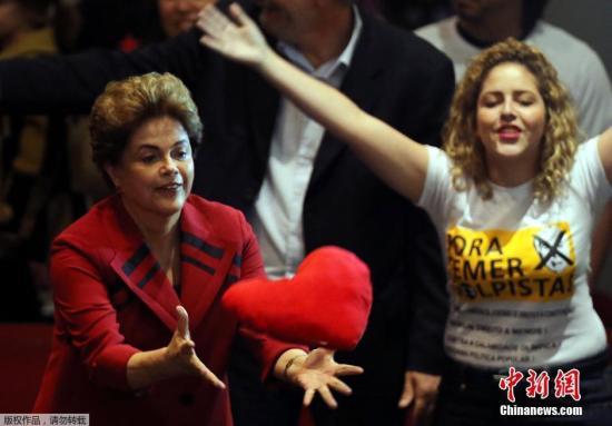 当地时间2016年8月23日,巴西圣保罗,巴西遭停职总统罗塞夫出席民主运动会议,与民众互动。