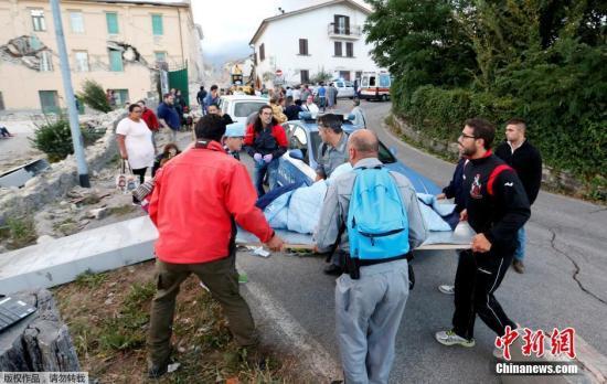 当地时间8月24日凌晨,意大利中部地区发生6级以上地震,首都罗马震感强烈,部分建筑在地震时晃动大约20秒。意大利民防部门称,已经接到房屋倒塌的报告。此次地震震源深度10公里,震中距离拉奎拉市48公里,距离罗马113公里。欧洲-地中海地震中心此前测定地震为6.1级,而美国地质勘探局则称震级为里氏6.2级。图为救援人员准备救助伤者。