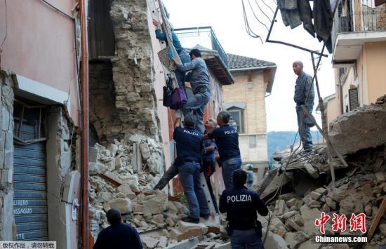 当地时间8月24日凌晨,意大利中部地区发生6级以上地震,首都罗马震感强烈,部分建筑在地震时晃动大约20秒。意大利民防部门称,已经接到房屋倒塌的报告。此次地震震源深度10公里,震中距离拉奎拉市48公里,距离罗马113公里。欧洲-地中海地震中心此前测定地震为6.1级,而美国地质勘探局则称震级为里氏6.2级。图为救援人员救出一位女性。