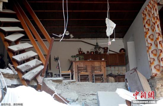 当地时间8月24日凌晨,意大利中部地区发生6级以上地震,首都罗马震感强烈,部分建筑在地震时晃动大约20秒。意大利民防部门称,已经接到房屋倒塌的报告。此次地震震源深度10公里,震中距离拉奎拉市48公里,距离罗马113公里。欧洲-地中海地震中心此前测定地震为6.1级,而美国地质勘探局则称震级为里氏6.2级。图为受灾居民家中景象。
