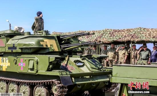 當地時間2016年8月23日,烏克蘭哈爾科夫,烏克蘭總統波羅申科在射擊場出席軍事戰術演習。當天,波羅申科將141臺軍用機械交付烏克蘭武裝部隊。