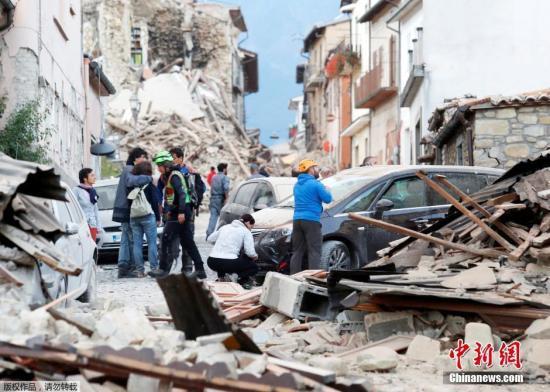 当地时间8月24日凌晨,意大利中部地区发生6级以上地震,首都罗马震感强烈,部分建筑在地震时晃动大约20秒。意大利民防部门称,已经接到房屋倒塌的报告。此次地震震源深度10公里,震中距离拉奎拉市48公里,距离罗马113公里。欧洲-地中海地震中心此前测定地震为6.1级,而美国地质勘探局则称震级为里氏6.2级。图为意大利中部的阿马特里切镇房屋倒塌,一片狼藉。