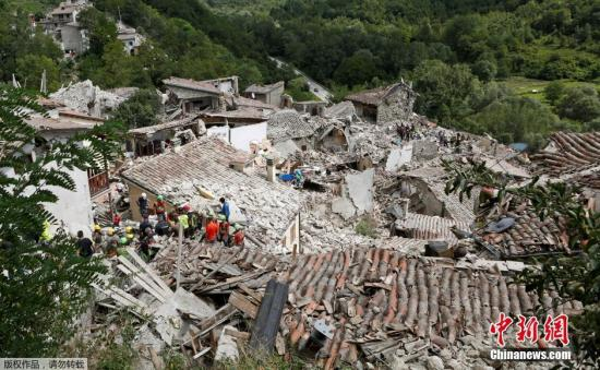 意大利中部城市PESCARA DEL TRONTO收到地震影响,大量建筑成为废墟。