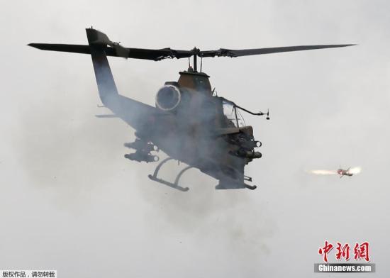 当地时间8月25日,日本御殿场市东富士演习场,日本陆上自卫队举行年度富士综合火力演习。图为日本自卫队的AH-1S武装直升机进行实弹射击。