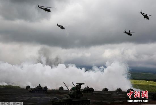 当地时间8月25日,日本自卫队在静冈县御殿场市东富士演习场内进行年度实弹演习。图为日本自卫队的武装直升机参加演习。