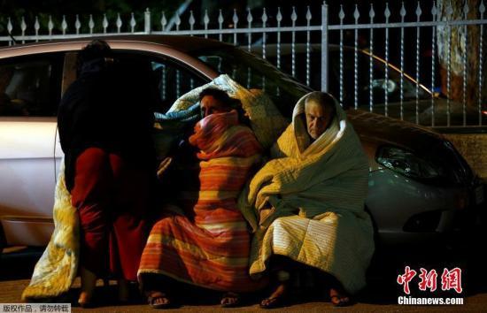 8月25日,据外媒报道,意大利民防局消息称,意大利6级以上破坏性地震造成的遇难者人数已上升至159人。尚有大量群众被埋在瓦砾底下,因此死亡数字很可能继续上升。图为阿马特里切市的受灾民众街头过夜。