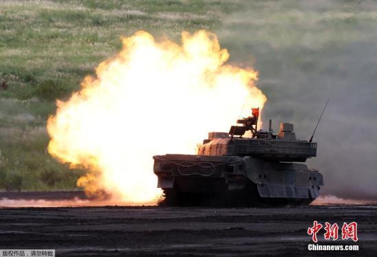 当地时间8月25日,日本御殿场市东富士演习场,日本陆上自卫队举行年度富士综合火力演习。图为日本自卫队10式战车进行实弹射击。