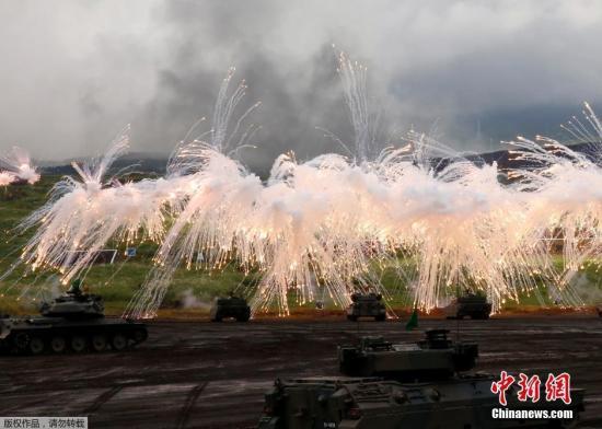 当地时间8月25日,日本御殿场市东富士演习场,日本陆上自卫队举行年度富士综合火力演习。图为日本自卫队装甲部队进行实弹射击训练。