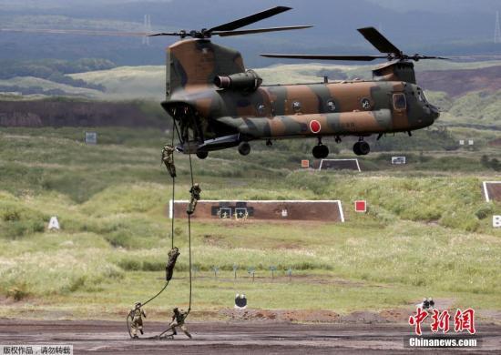 资料图:日本陆上自卫队举行年度富士综合火力演习。图为日本自卫队队员进行机降演示。