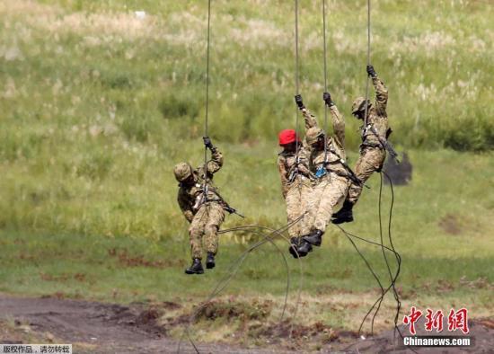 资料图片:日本陆上自卫队举行年度富士综合火力演习。