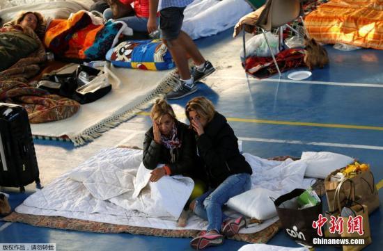 当地时间2016年8月25日,意大利地震受灾民众在灾区一体育馆内休息。