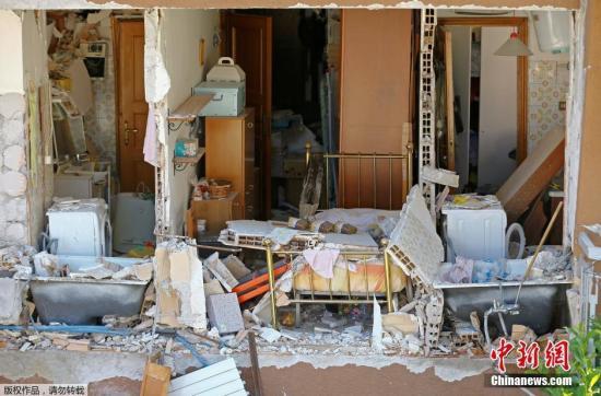 据路透社8月26日报道,意大利民防部门称,该国中部24日发生的地震已经造成267人死亡,另有将近400人受伤。目前,意大利中部遭地震影响最严重的地区已宣布进入紧急状态,灾区的搜救行动仍在继续。图为一处倒塌房屋的内景。
