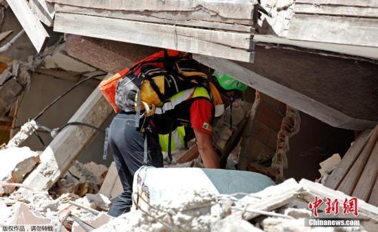 8月26日消息,据外媒报道,意大利中部24日发生强烈地震后,救援队伍仍在积极寻找幸存者。目前确认遇难人数目前已上升至250人。各方担心,伤亡数字还会进一步攀升。图为救援人员在废墟中搜救。