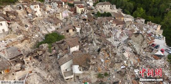 8月26日消息,据外媒报道,意大利中部24日发生强烈地震后,救援队伍仍在积极寻找幸存者。目前确认遇难人数目前已上升至250人。各方担心,伤亡数字还会进一步攀升。图为航拍地震灾区,所见之处一片废墟。