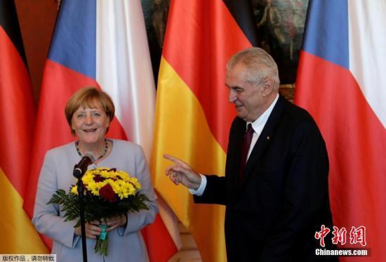 当地时间2016年8月25日,捷克布拉格,德国总理默克尔访问捷克,与捷克总统米洛什·泽曼会晤并获赠鲜花。