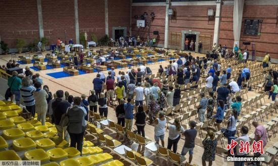 当地时间2016年8月26日,意大利阿斯科利,意大利民众为地震遇难者举办葬礼。据报道,意大利地震除造成280余人遇难,还有至少365人受伤。救援人员仍在连夜搜索倒塌的建筑,试图发现幸存者。专家称,该次地震震源浅,且建筑物老旧是伤亡惨重的主要原因。
