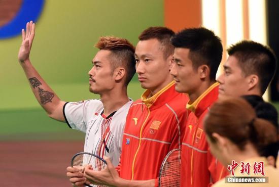 """8月28日,香港举行""""奥运精英约定你""""大汇演,里约奥运会内地奥运精英代表团与香港市民见面。图为羽毛球运动员林丹(左)表示将会继续打下去。 记者 张宇 摄"""