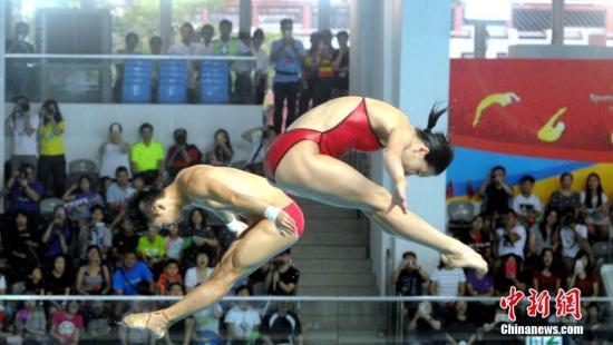 图为吴敏霞与陈艾森示范跳水。 记者 谭达明(香港分社) 摄