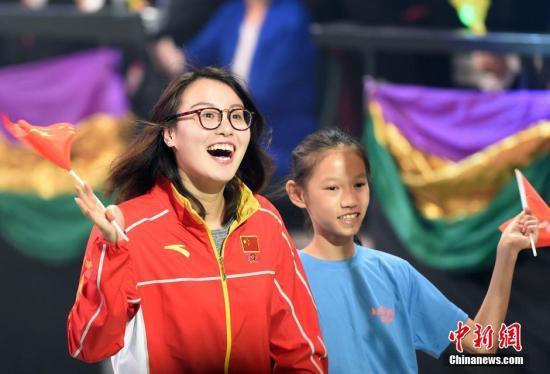 """8月28日,香港举行""""奥运精英约定你""""大汇演,里约奥运会内地奥运精英代表团与香港市民见面。图为游泳运动员傅园慧出席。 记者 张宇 摄"""