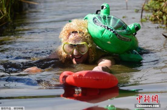 当地时间2016年8月28日,英国威尔士,当地举行了一场沼泽游泳比赛。参赛者身穿潜水装,完成沼泽地游程。