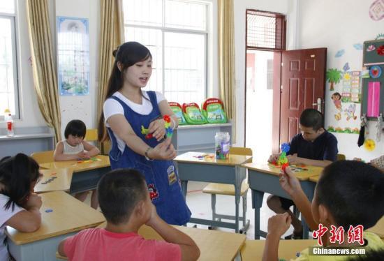 资料图:广西柳江县特殊教育学校一名教师正在给学生上手工课。朱柳融 摄