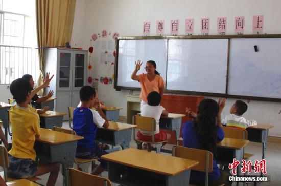 资料图:广西一名老师正在给学生上课。朱柳融 摄