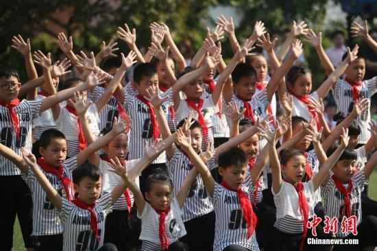 资料图:南京一小学一年级新生在校园内参加课外活动。<a target='_blank' href='http://www.chinanews.com/'>中新社</a>记者 泱波 摄