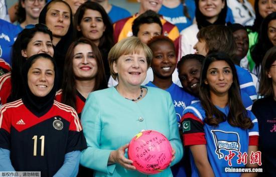 当地时间9月1日,德国柏林,德国总理默克尔会见Discover Football女子足球联赛的选手,并收获签名足球。