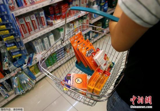 新加坡国家环境局已经在发现寨卡病毒感染病例的社区和疑似感染区开展了大规模灭蚊行动。图为新加坡民众在超市内购买灭蚊剂。