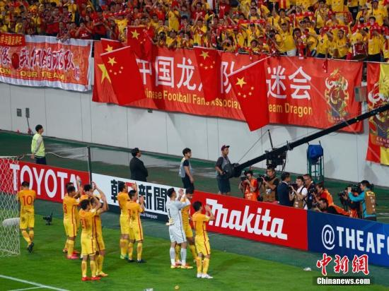 韩国当地时间9月1日20时,2018年俄罗斯世界杯预选赛亚洲区12强赛展开争夺,中国队首战客场2-3惜败韩国。图为赛后中国队球员向现场中国球迷致谢。中新社记者 吴旭 摄