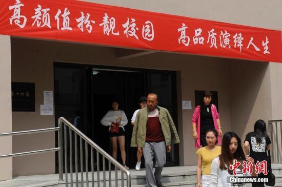 山西大学各院系在新生宿舍楼前悬挂诙谐标语,欢迎大一新生到来。 <a target='_blank' href='http://www-chinanews-com.jrybox.com/'>中新社</a>记者 韦亮 摄