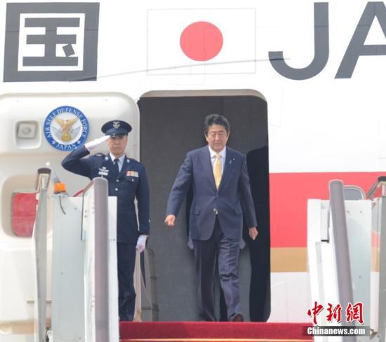 9月4日,日本首相安倍晋三抵达杭州萧山国际机场,出席G20杭州峰会。 中新社记者 张茵 摄