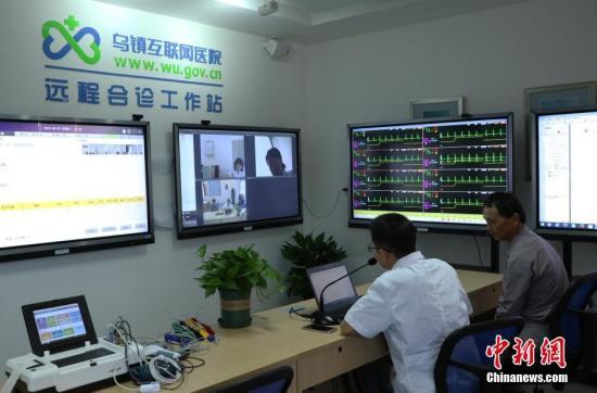 资料图:浙江桐乡乌镇一位市民在乌镇互联网医院进行远程诊断。新社记者 王刚 摄