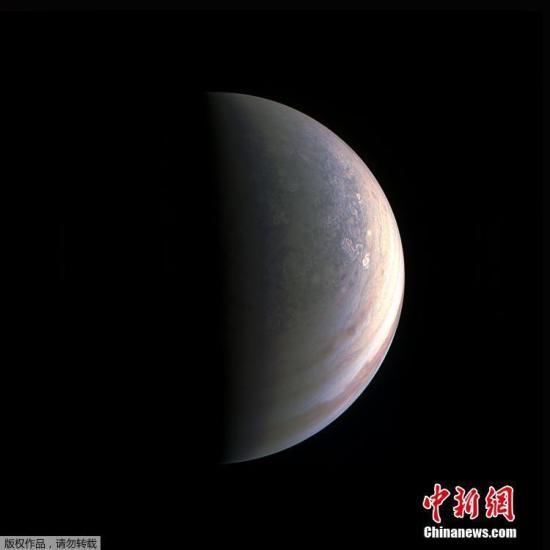 资料图:美国宇航局公布木星北极与其南部极光的高清照片。