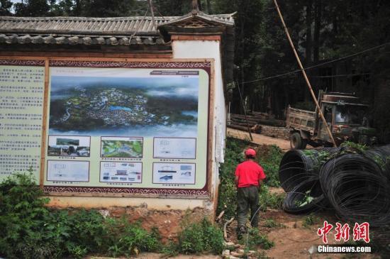 位于云南的茅草坪村被列为易地扶贫搬迁试点村,政府提出将该村打造为山地白族特色生态旅游村。目前,道路建设、民房建设改造、旅游服务基础建设和公共服务设施建设等工作稳步推。