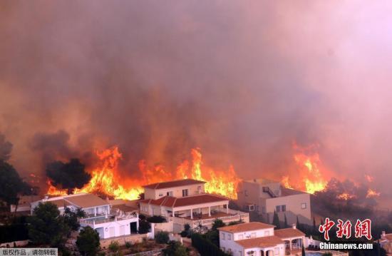 火情蔓延至村庄。