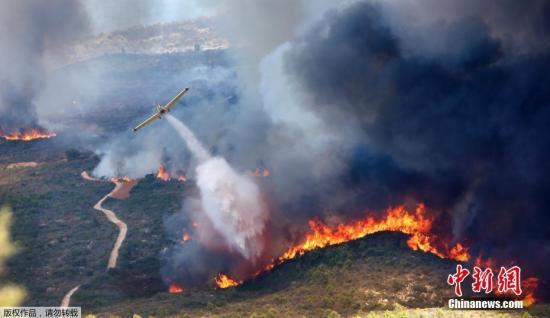 飞机喷洒灭火剂。