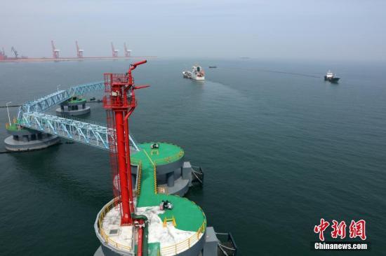 资料图:烟台海事局等多部门在烟台港西港区开展30万吨原油码头溢油应急演练。梁家瑜 摄