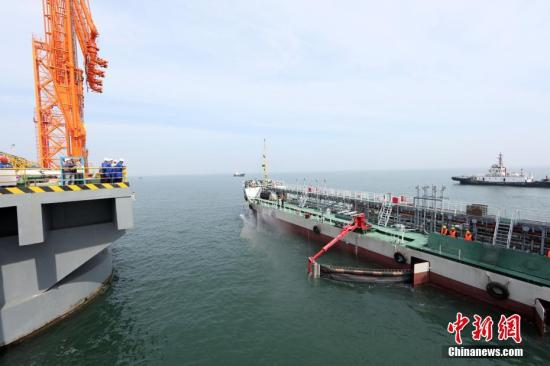 图为专业清污船正进行溢油回收和消油济喷洒作业。梁家瑜 摄