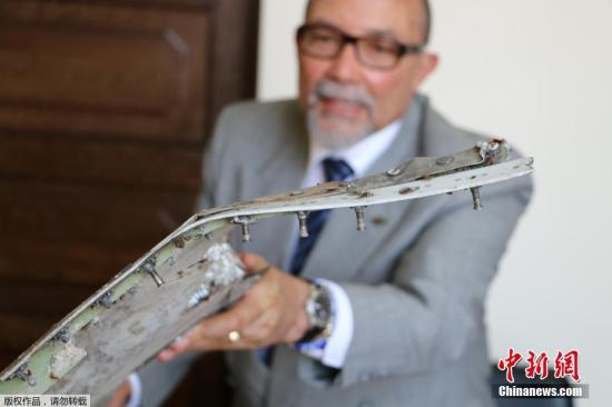当地时间2016年9月5日,莫桑比克马普托市,莫桑比克民航局主席Joao de Abreu在新闻发布会上展示3片疑似马航MH370航班的碎片。