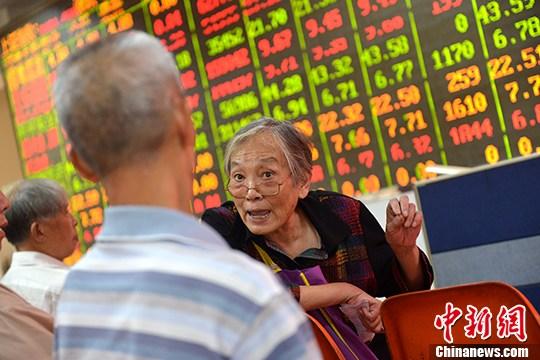 9月7日,成都某证券营业部的股民关注大盘走势。 <a target='_blank' href='http://www.chinanews.com/'>中新社</a>记者 张浪 摄