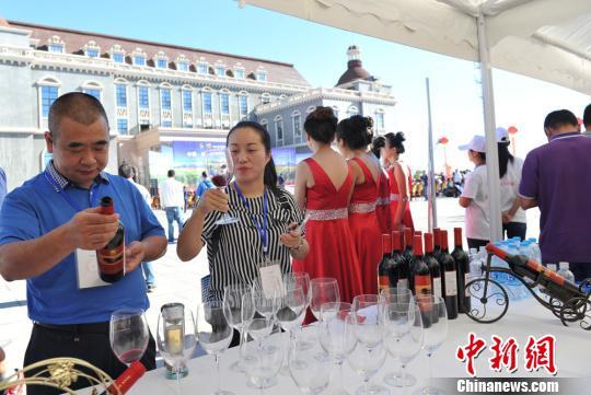 宾客品尝葡萄美酒。 杨艳敏 摄