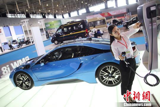 代价119万元的电动汽车吸睛。 泱波 摄