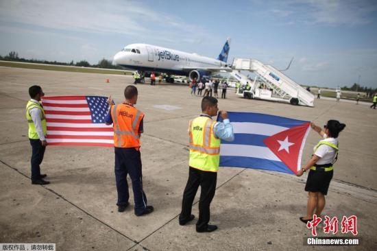 资料图:2016年9月7日,美国迈阿密,民众搭乘航班903前往古巴。美国航空903是55年来从迈阿密飞往古巴的首次商务航班。