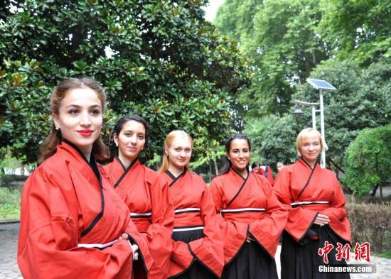 9月8日,安徽大学的留学生们身着汉服,感受中国传统文化。教师节前夕,在安徽大学龙河校区留学生院内,留学生们身着汉服,用古老而又典雅的形式体验了中国尊师崇礼的传统教育。记者 韩苏原 摄